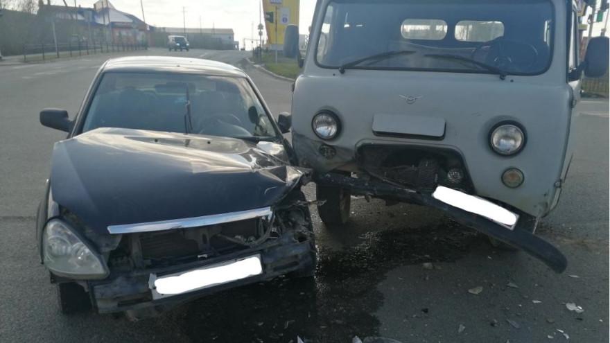 В Салехарде два авто не поделили дорогу