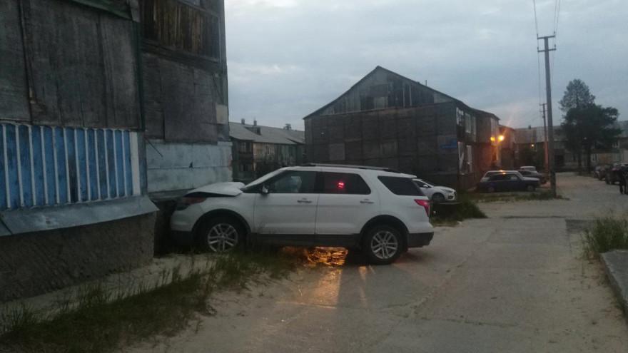 Чуть не заехал в квартиру. На Ямале сразу 2 машины протаранили дома