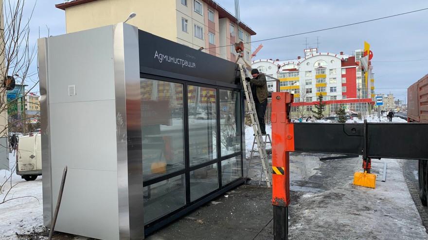 Ждать автобус с комфортом: в Салехарде установили новую теплую остановку