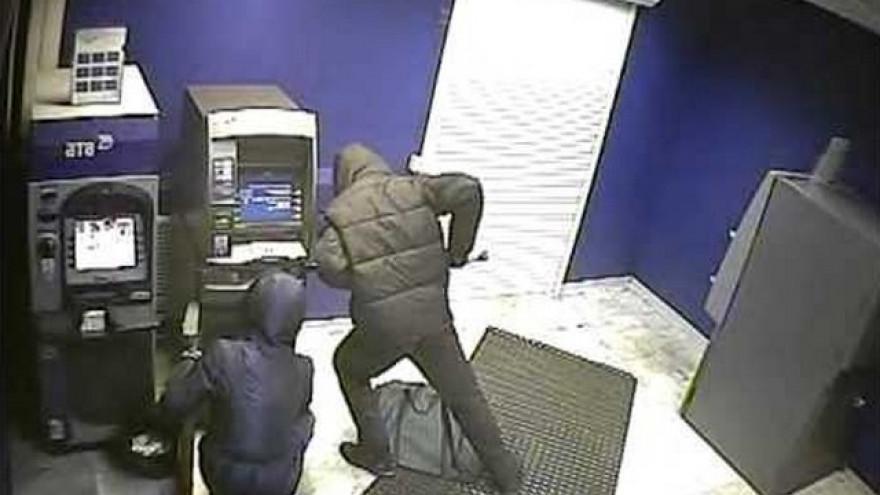 В Тазовском горе-грабители пытались вскрыть банкомат, но ушли несолоно хлебавши