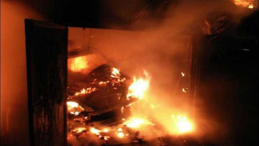 На Ямале сгорел гараж вместе с иномаркой внутри