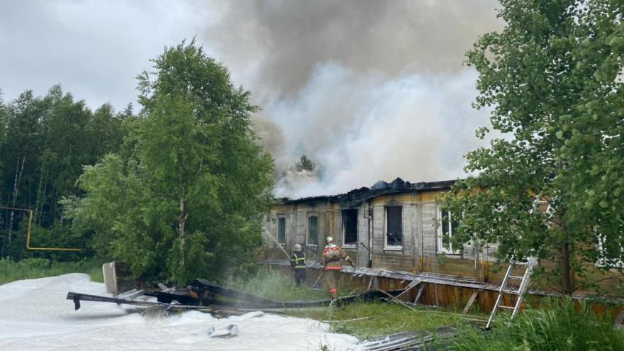 Из подъезда валил черный дым: в Тарко-Сале сгорела жилая «деревяшка» ФОТО