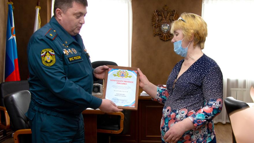 В Салехарде вручили благодарность женщине, спасшей ребенка из горящего здания