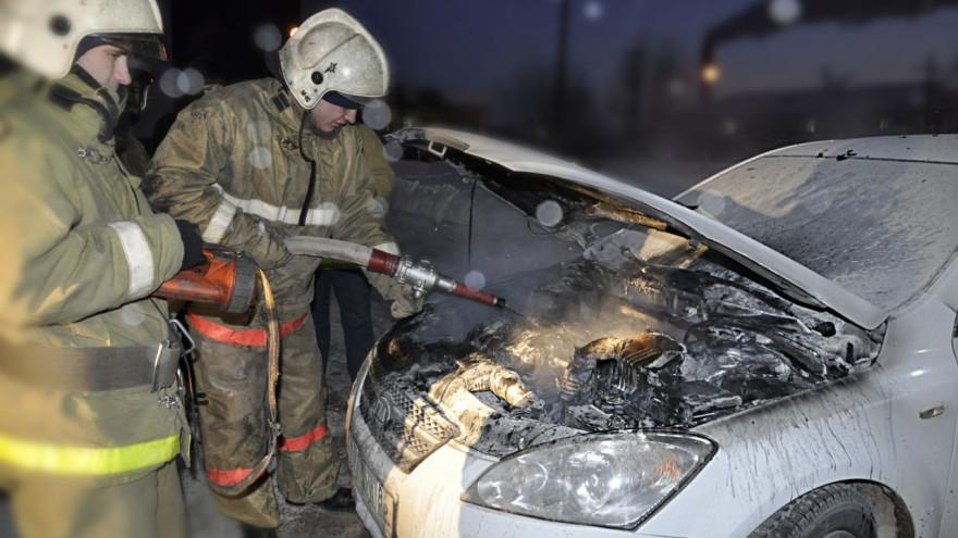 В НовомУренгое пожарные тушили автомобиль