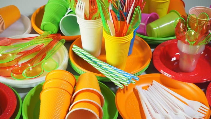 Одноразовая посуда и ватные палочки - вне закона: в России хотят запретить использование пластика