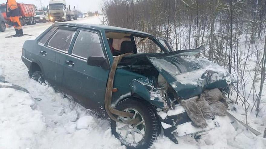 На Ямале 3 человека оказались на больничной койке после столкновения легковушки с грузовиком