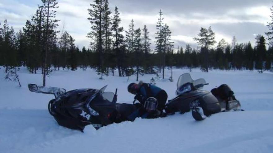 В Тазовском районе разбились два снегоходчика