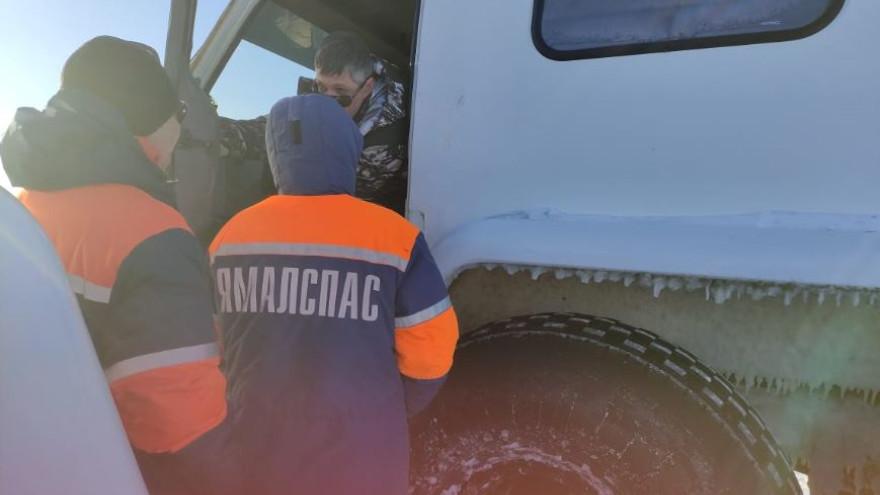 На Ямале двое взрослых с ребенком попали в ледовый плен на закрытом зимнике