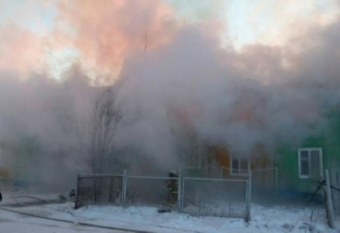 В поселке Пурпе загорелся жилой деревянный дом