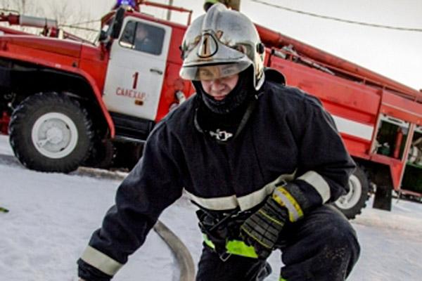 В Салехарде пожарные спасли пенсионера из горящего дома