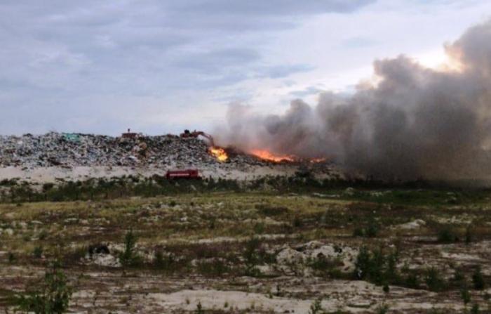 В Новом Уренгое горел полигон ТБО. Более 7 часов пожарные тушили огонь