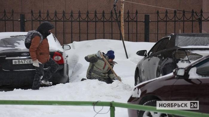 За ночь в Ноябрьске выпало 50 процентов месячной нормы снега, введен режим повышенной готовности