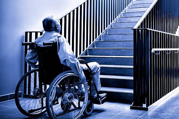 Справедливость восторжествовала: инвалид добирался на 7 этаж без лифта