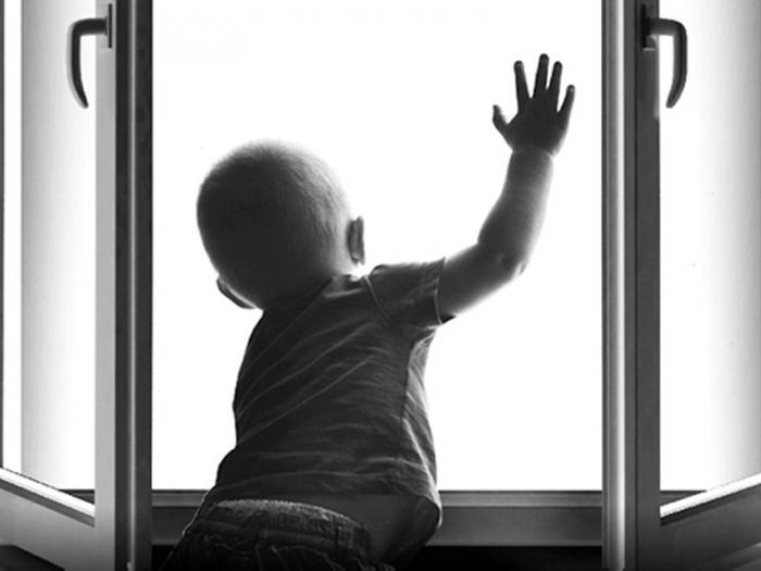 В Ноябрьске 2-годовалый малыш выпал из окна многоэтажки