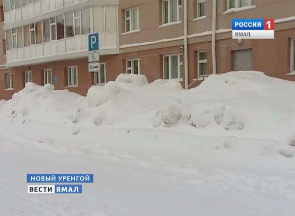 Сход снега с крыш в Новом Уренгое