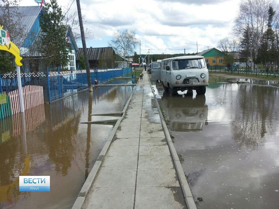 Часть домов вямальском селе Овгорт подтоплена из-за паводка, введен режимЧС