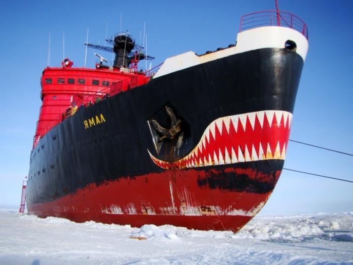 Ледокол «Ямал» был вынужден экстренно повернуть к берегу. Привлечены якутские спасатели