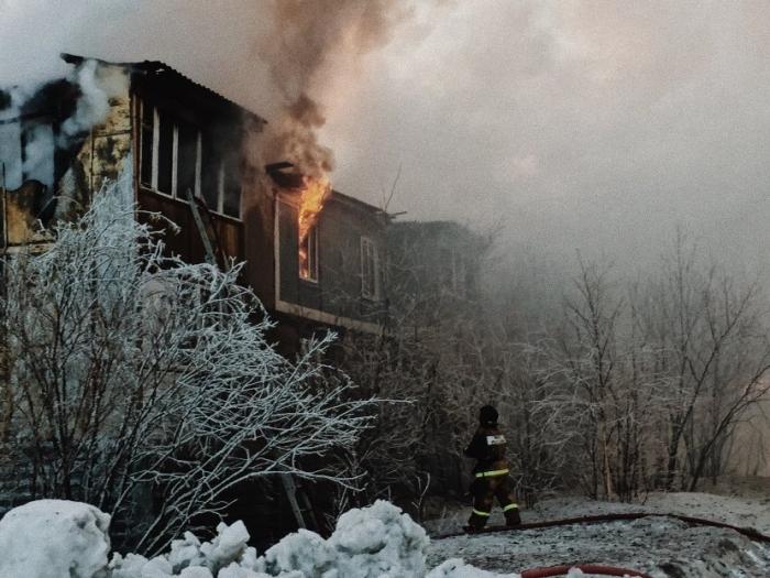 В Губкинском вспыхнул двухэтажный жилой дом