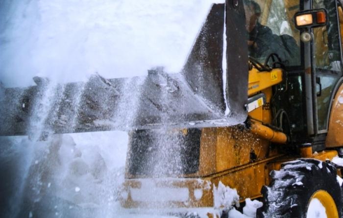В Ноябрьске погрузчик, убиравший снег во дворе, раздавил иномарку