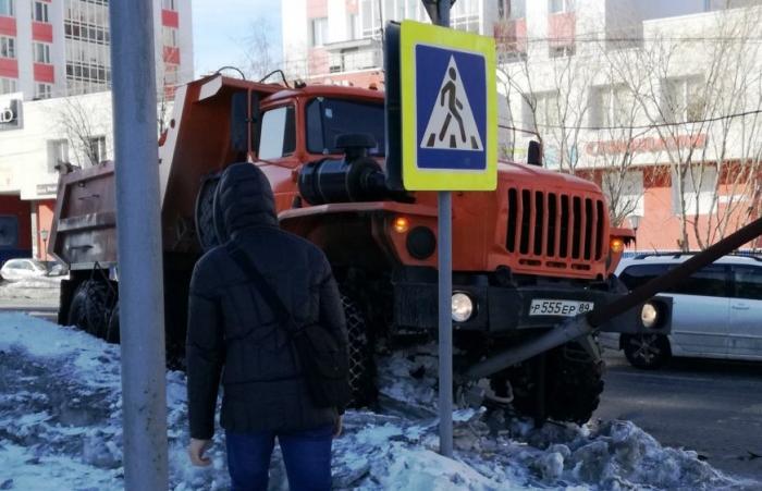 В Салехарде грузовик снес светофор