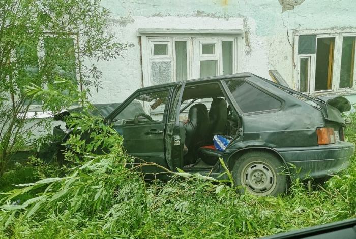 В Салехарде в многоквартиный дом врезался автомобиль