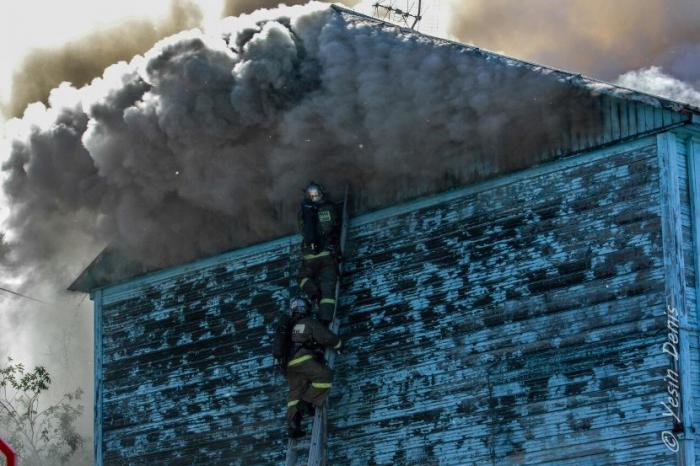 В Салехарде сгоревший на улице Артеева многоквартирник признают аварийным