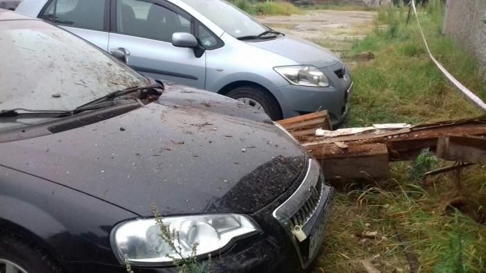 В Ноябрьске на одну из стоящих вблизи дома машин рухнула часть стенки здания
