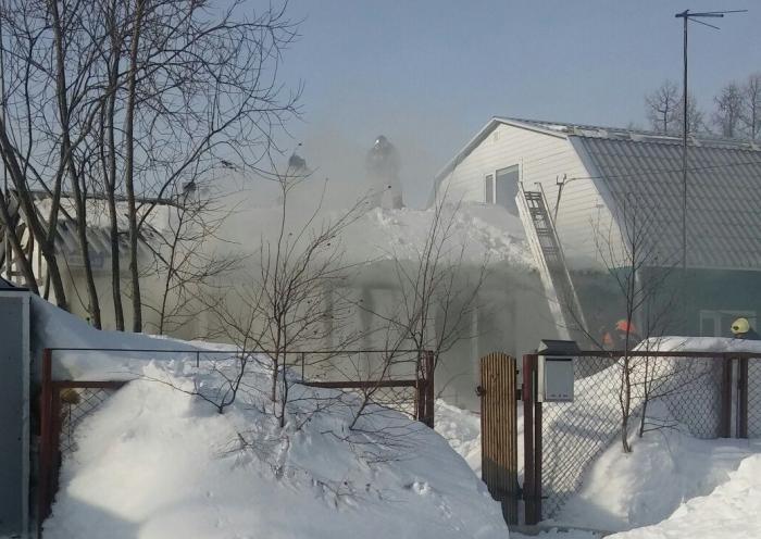 Пожар в Ноябрьске: горит жилой дом