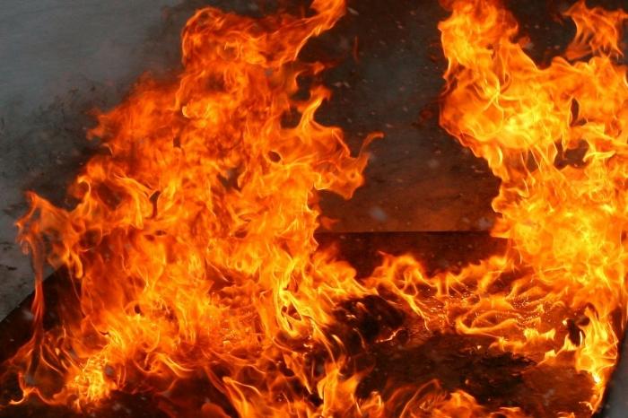 В Ноябрьске мужчина получил серьезные ожоги, пытаясь потушить пожар в своем доме