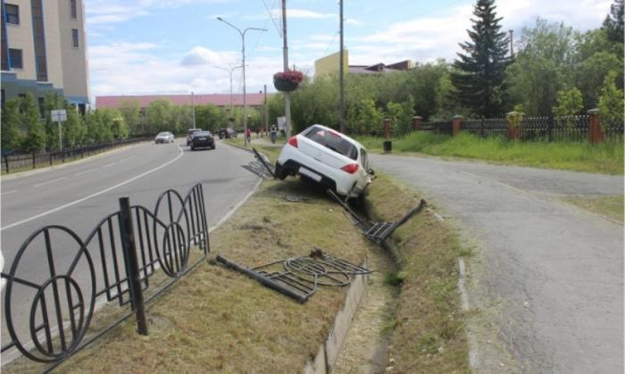 В Салехарде автоледи вылетела с дороги