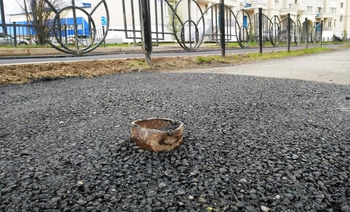 «Лежачий спотыкач»: пользователи обсмеяли салехардскую «заплатку на тротуаре», из которой торчит кусок трубы