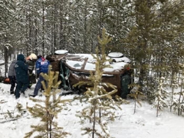 Renault Duster вылетел в кювет на автодороге Сургут-Салехард
