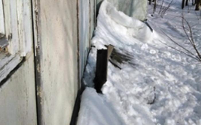 В Губкинском снег с одного из домов съезжает вместе с шифером
