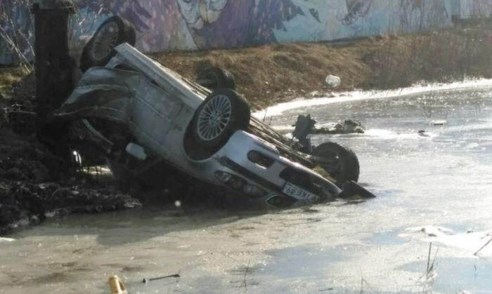 Сегодня утром в Салехарде водитель перевернулся на BMW с тремя девушками