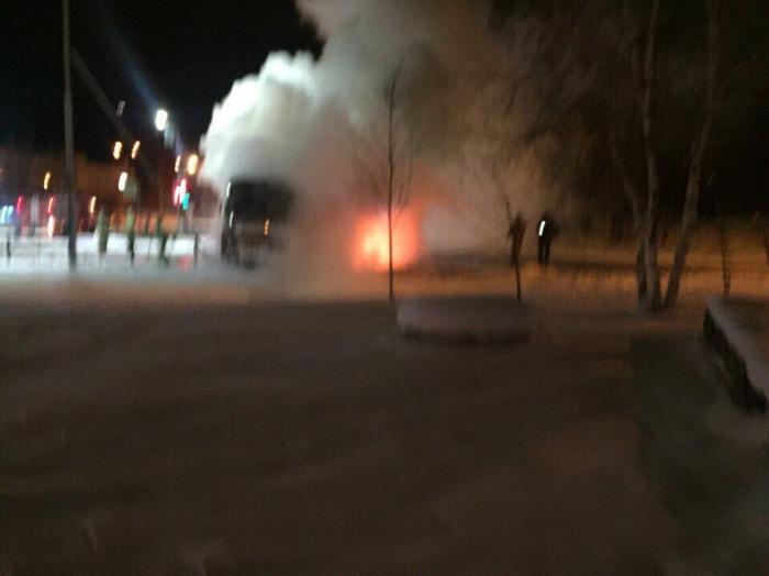 Вцентре Ноябрьска иностранная машина влетела вавтобус. Произошел взрыв