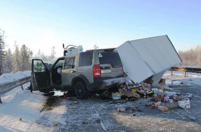 На автодороге Пуровск - Коротчаево внедорожник влетел в фуру, есть погибший