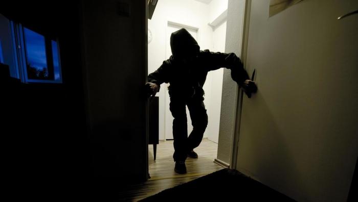 На Ямале подросток напал на женщину с ножом, проникнув в ее квартиру посреди ночи