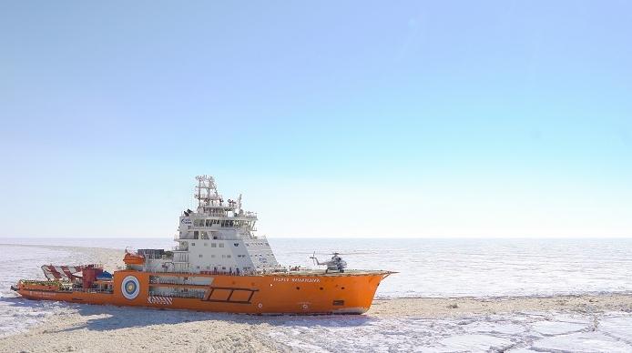 Историческое событие: Ми-8 совершил посадку на ледокол «Александр Санников»