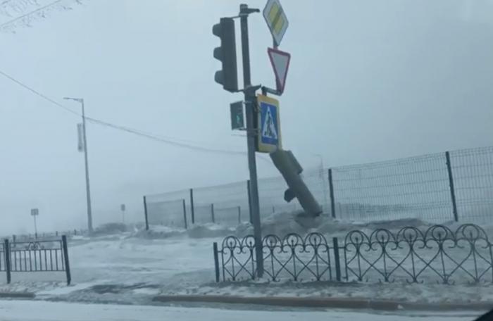 Из-за сильного ветра в Салехарде оторвался светофор