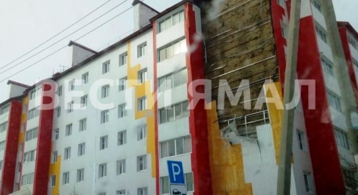 В Салехарде ветром оторвало кусок обшивки на здании Медико-санитарной части МВД
