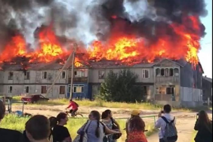 В Ноябрьске сгорел многоквартирный расселённый дом