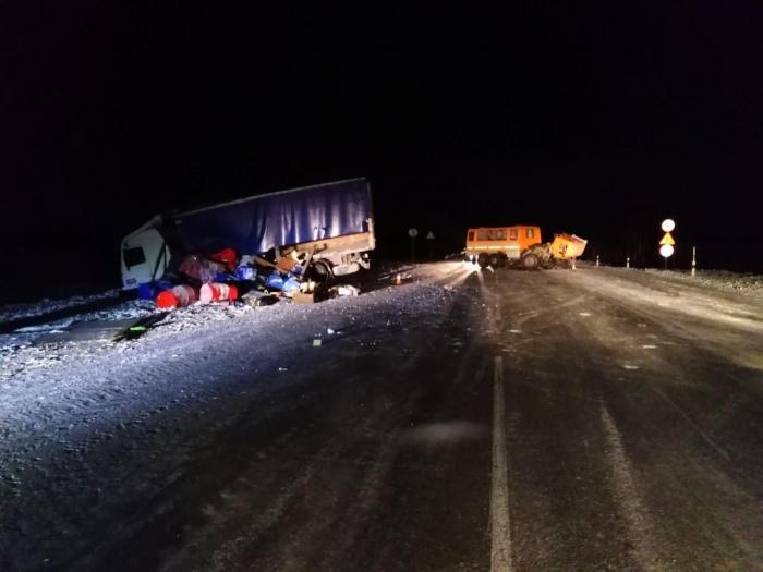 На Ямале столкнулись два грузовика - один пассажир травмирован