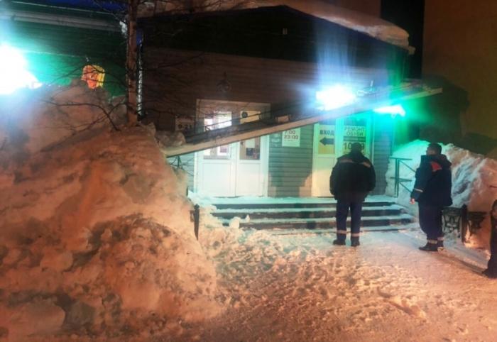 В Ноябрьске под тяжестью снега рухнула и заблокировала выход посетителям вывеска аптеки