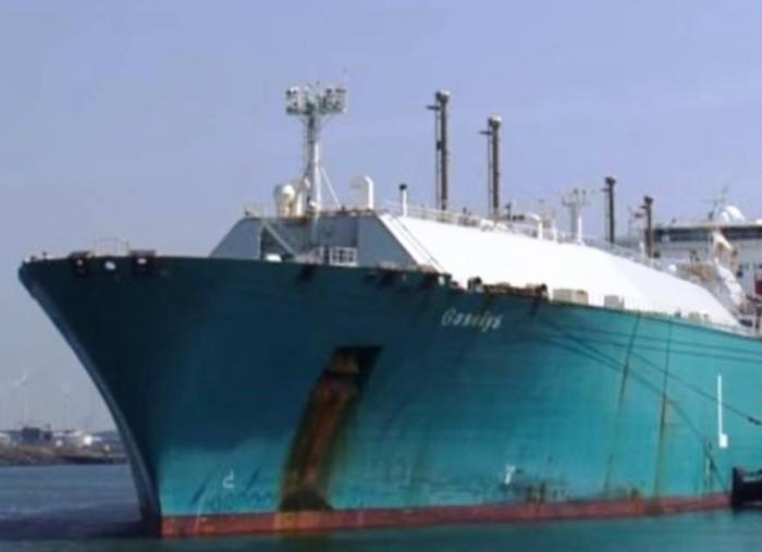 Судно с российским газом для США изменило курс посреди океана