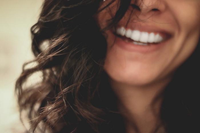 Самый простой способ убрать желтый налет с зубов в домашних условиях