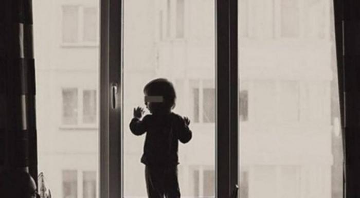 В Надыме ребёнок выпал из окна пятиэтажки и чудом остался жив