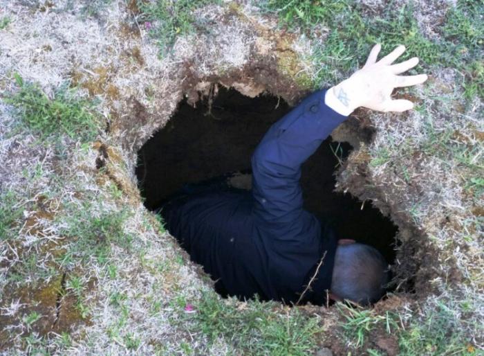 Маленький ребёнок провалился в огромную яму на газоне в центре Ноябрьска