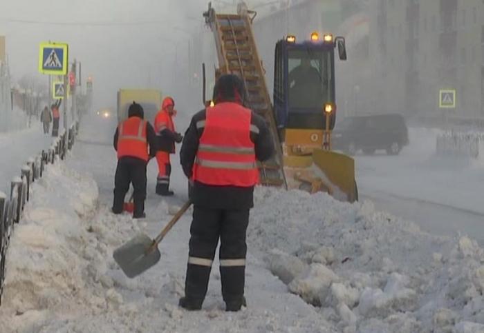 Дмитрий Артюхов распорядился взять ситуацию с уборкой снега под особый контроль