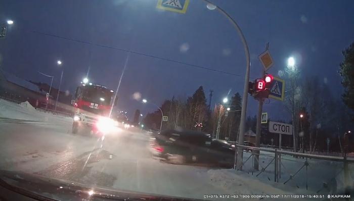 В Ноябрьске легковушка столкнулась с пожарной машиной и врезалась в столб