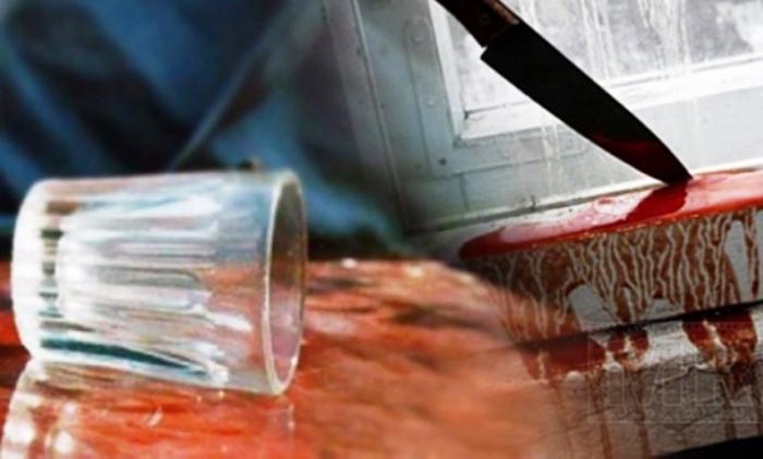 В Ноябрьске мужчина зарезал приятеля во время пьянки и продолжил застолье в одиночестве